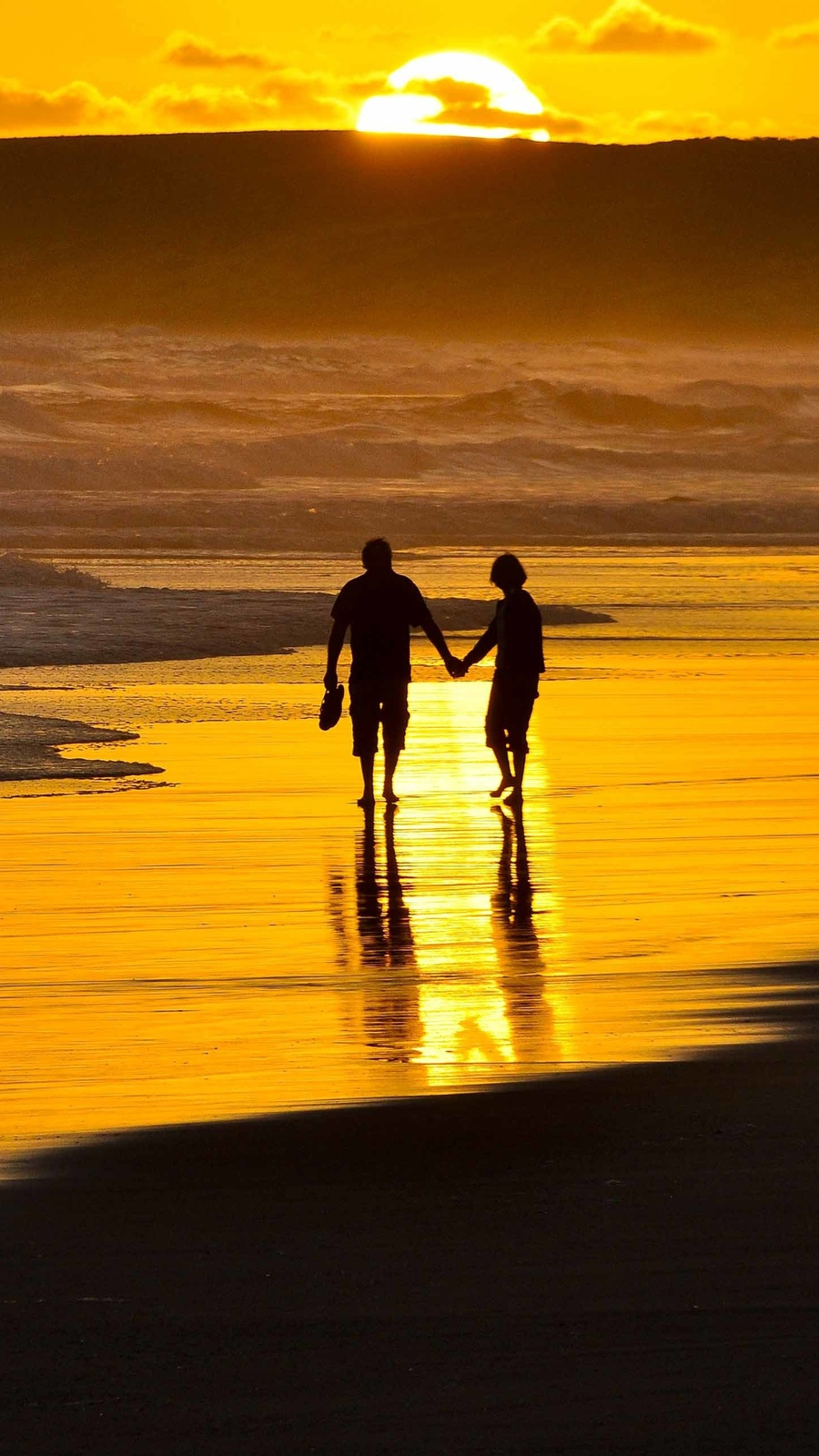 Couple Holding Hands On Beach Iphone Wallpaper Iphone Wallpapers